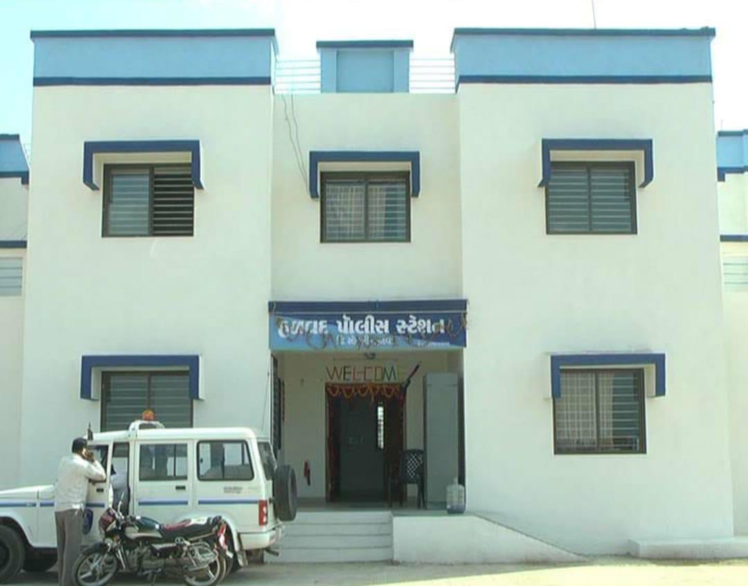 હળવદના ઇસનપુરમાં ઘરમાં ઘૂસી સગીરાની છેડતી કરતાં બે શખ્સો સામે ફરિયાદ નોંધાઇ - Divya Bhaskar