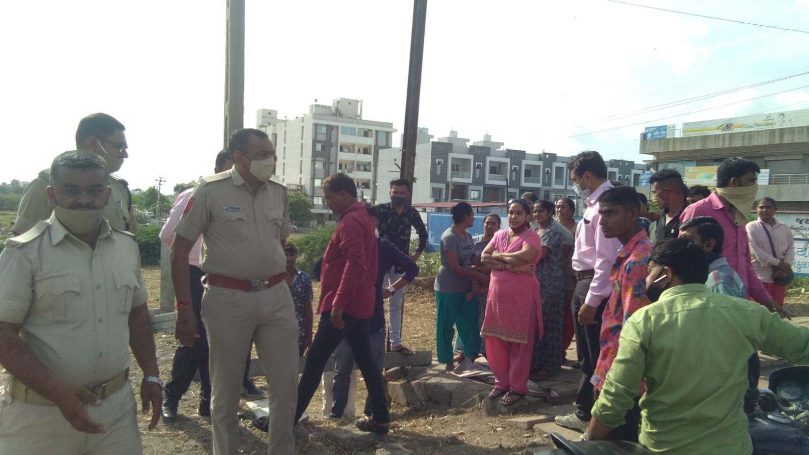 રખડતા ઢોર મુદ્દે તંત્ર એક્શનમાં આવ્યું, રસ્તા પર ઘાસચારાનું વેચાણ કરનાર સામે ફરિયાદ કરવામાં આવી જામનગર,Jamnagar - Divya Bhaskar