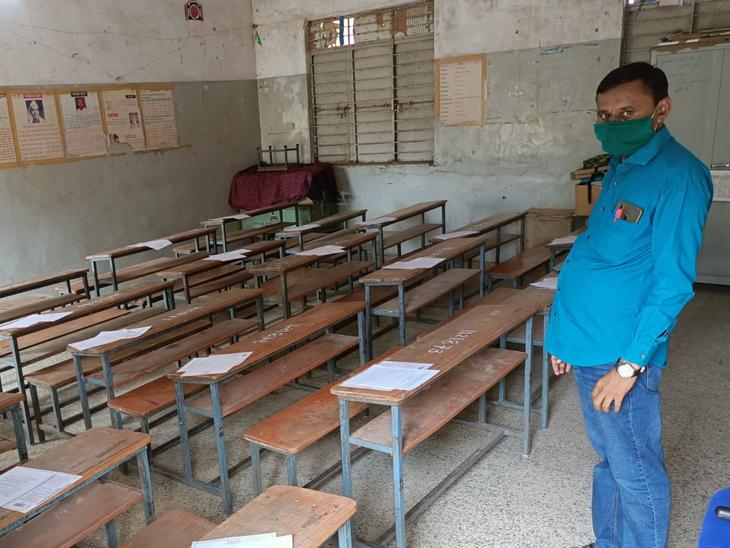 પાલનપુરની બ્રાન્ચ શાળા નંબર ત્રણમાં બેન્ચીસ પર પ્રશ્નપત્ર મૂકવામાં આવ્યા હતા પરંતુ શિક્ષક દેખાયા ન હતા - Divya Bhaskar