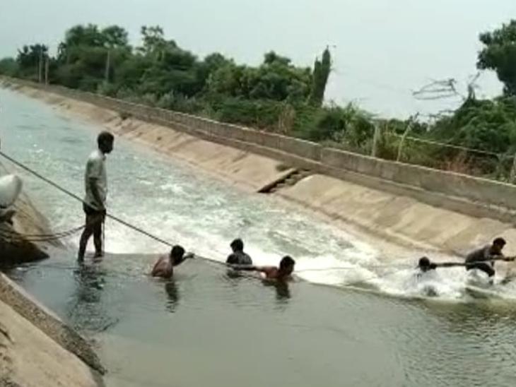 ખેડૂતોએ દોરડા બાંધી આડશ તોડવાની મથામણ કરી હતી. - Divya Bhaskar