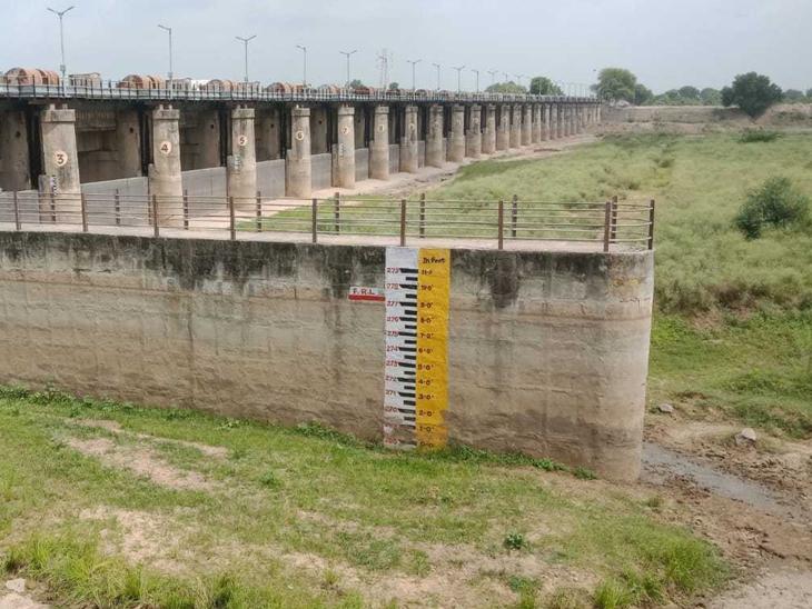 આ તસ્વીર પાટણ જિલ્લાના સરસ્વતી બેરેજ જળાશય યોજનાની છે. જે હાલમાં તળિયાઝાટક છે. આ યોજનાથી પાટણ અને ચાણસ્મા તાલુકાના 22 ગામની 8745 હેક્ટર જમીનને સિંચાઇનું પાણી પૂરું પડાય છે.(સોર્સ : નર્મદા, જળસંપત્તિ પાણી પુરવઠા અને કલ્પ્સર વિભાગ) - Divya Bhaskar
