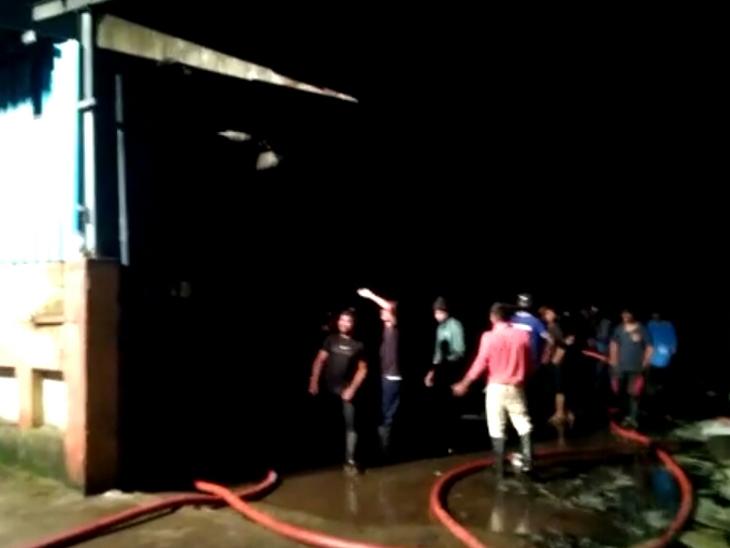 વાપી GIDCની ખાદ્યતેલ પેકિંગ કરતી કંપનીમાં ભીષણ આગ|વાપી,Vapi - Divya Bhaskar