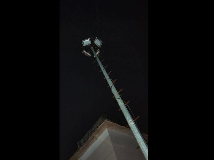 વાલોડમાં વીજ ટાવરની લાઈટો વોરંટીમાં હોવા છતાં રીપેર થતી નથી. - Divya Bhaskar