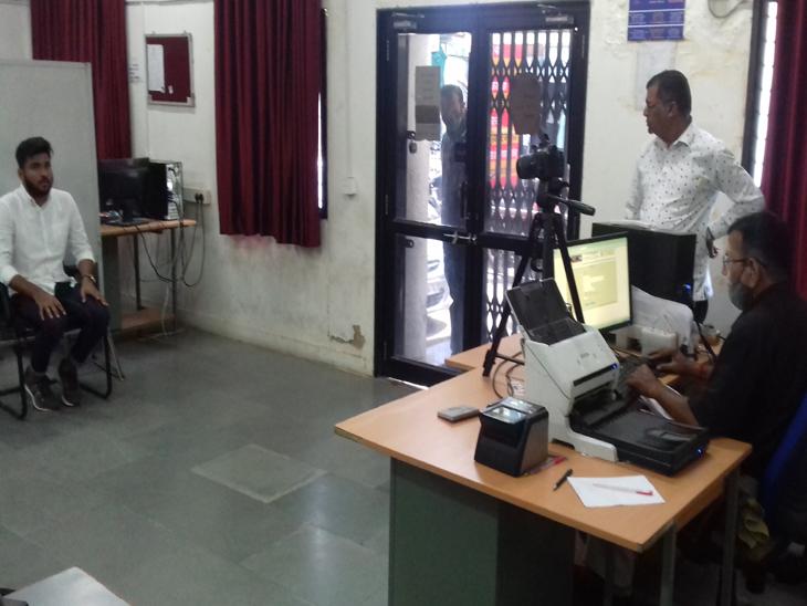 આણંદ પાસપોર્ટ ઓફિસમાં પાસપોર્ટ માટે ભારે ધસારો રહે છે. અહીંયા ફોર્મ ભરવાથી લઈ તમામ પ્રકારની પ્રક્રિયા કરવામાં આવે છે. - Divya Bhaskar