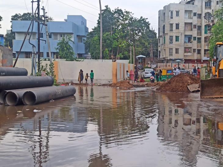 આણંદમાં નવા બસ સ્ટેશન પાસે પાલિકાની પાણી પાઈપ લાઇન ખોદકામ વખતે કોન્ટ્રાકટરે બેદરકારી દાખવી તુટી ગઈ હતી.જેના પગલે પાણી રેલમછેલ થઇ જતાં હજારો લીટર પાણીનો વેડફાટ થઈ ગયો હતો. - Divya Bhaskar