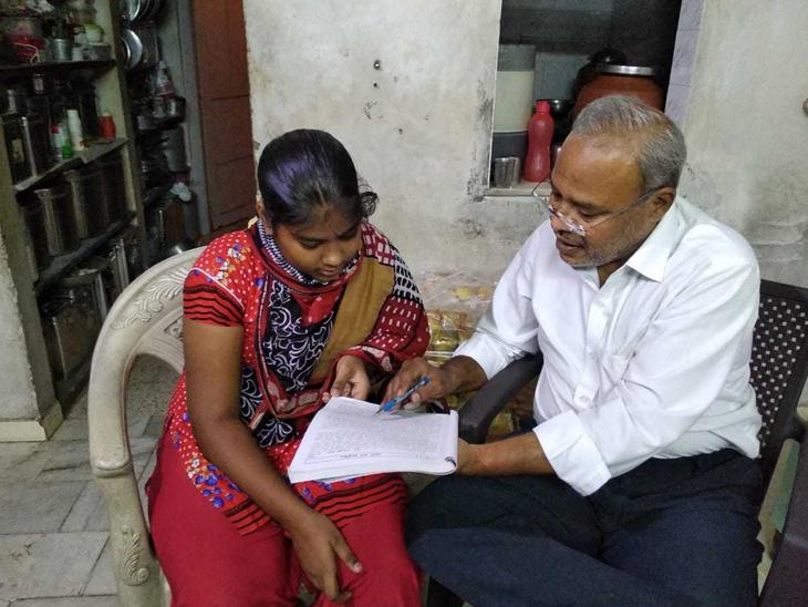 કોરોનાકાળમાં માતા-પિતા ગુમાવનાર બાળકોને ઘરે જઈને નિઃશુલ્ક શિક્ષણ આપતા સેવાભાવી|રાજકોટ,Rajkot - Divya Bhaskar