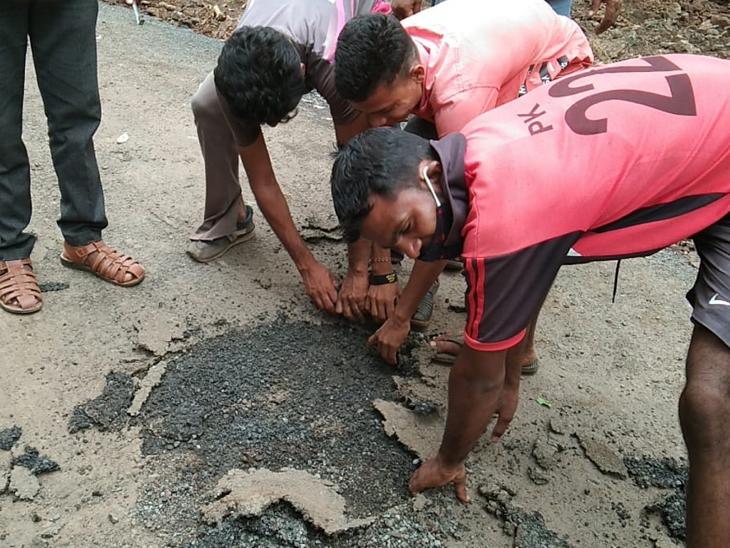 રસ્તામાં કોન્ટ્રાક્ટરે વાપરેલું મટિરિયલ હાથથી પણ ઉખડી જાય તેટલું નબળું છે. - Divya Bhaskar