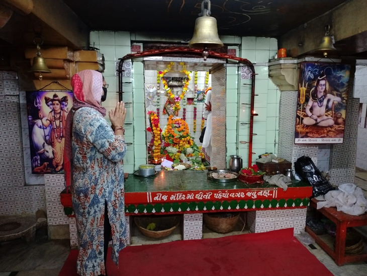કુછડીના ખીમેશ્વર મહાદેવ મંદિરે શ્રાવણી ભક્તોની ભીડ, પાંડવો વનવાસ દરમિયાન અહીં આવ્યા હતા|પોરબંદર,Porbandar - Divya Bhaskar