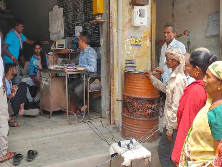 સસ્તા અનાજની દુકાને અનાજ લેવા લોકોની કતારો. - Divya Bhaskar