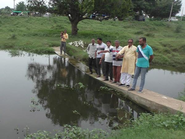 મોટા હબીપુરા ખાતે આવેલા તળાવમાં કેમિકલયુકત પાણી નજરે પડે છે. - Divya Bhaskar