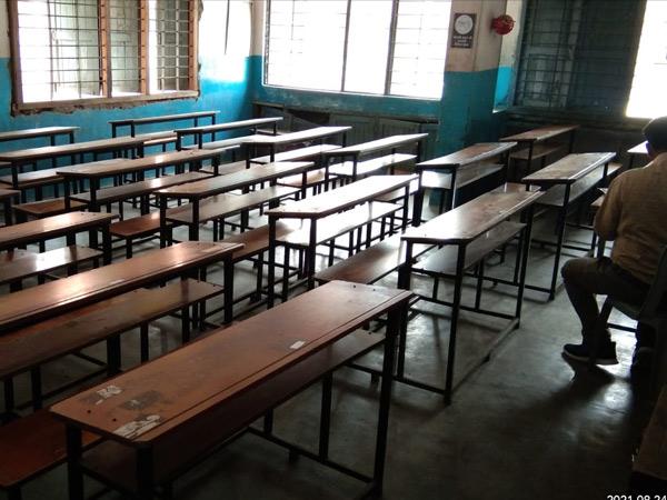શહેરના શિક્ષકોએ વિરોધ કરતાં ખંડ ખાલી રહ્યા હતા. - Divya Bhaskar