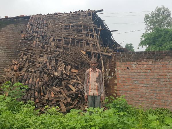 શંકરવાવ આવાસના લાભાર્થીના અધૂરા આવાસની બાજુમા કાચું ઘર પડી ગયું છે. - Divya Bhaskar