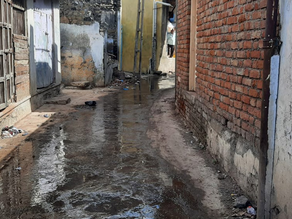 શેરીઓમાં ફરી વળતાં ગટરના ગંદા પાણીથી લોકોને મુશ્કેેલી પડી રહી છે. - Divya Bhaskar