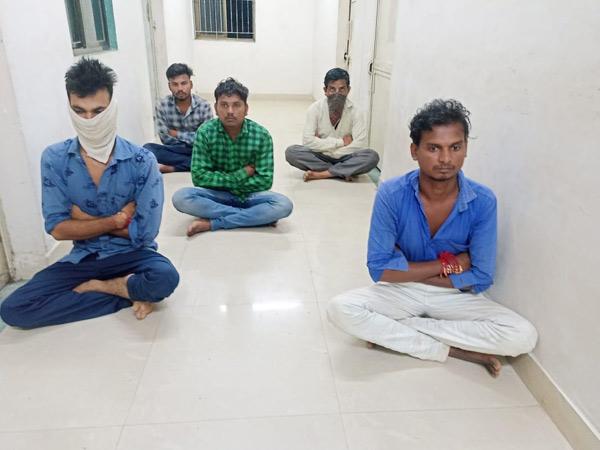 નસવાડી પોલીસે જુગાર રમતા આરોપીને ઝડપી પાડ્યા હતા. - Divya Bhaskar
