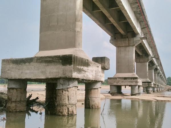 પાવીજેતપુર નજીક ઓરસંગ નદી પુલના પિલ્લરોનાં પાયા ખુલ્લા થઇ જતાં ભવિષ્યમાં મોટી હોનારત સર્જાવાની ભીતિ છે. - Divya Bhaskar