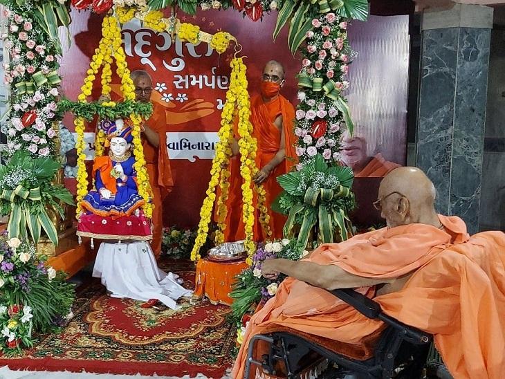 સ્વામિનારાયણ મંદિર કુમકુમ દ્વારા 100 વર્ષિય મહંત આનંદપ્રિયદાસજીએ સ્વામિનારાયણ ભગવાનની રજત તુલા કરી|અમદાવાદ,Ahmedabad - Divya Bhaskar
