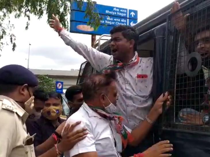 વિરોધ કરનારા કોંગ્રેસી કાર્યકરોની પોલીસે અટકાયત કરી હતી.