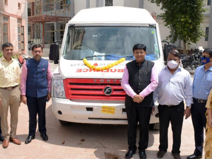 વડોદરામાં રોટરી ક્લબ ઓફ બરોડા કોસ્મોપોલિટને અદ્યતન સુવિધાથી સજ્જ મોબાઇલ બ્લડ કલેક્શન વાન સયાજી હોસ્પિટલની બ્લડ બેંકને દાનમાં આપી|વડોદરા,Vadodara - Divya Bhaskar