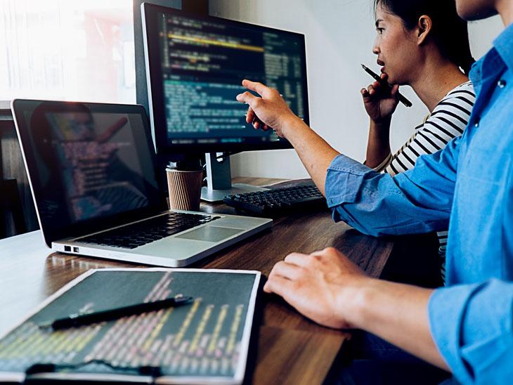 કમ્પ્યુટરની વિવિધ લેન્ગ્વેજના જાણકાર તથા કોડિંગના નિષ્ણાત લોકો ગેમ-પ્રોગ્રામર તરીકે કામ કરી શકે છે. ફાઇલ ફોટો