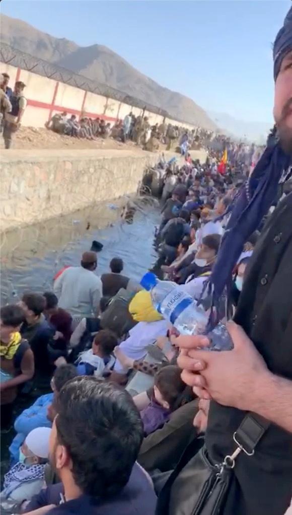 કાબુલના હામિદ કરઝઈ ઈન્ટરનેશનલ એરપોર્ટ પર પાણીમાં ઊભા રહીને લોકો અંદર જવાની રાહ જોઈ રહ્યા છે. ભલે તાલિબાને કહ્યું કે બદલાની ભાવનાથી કાર્યવાહી નહિ કરે, તોપણ લોકો ડરેલા છે, લોકો અફઘાનિસ્તાનથી બહાર જવા ઈચ્છે છે.