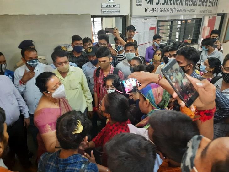 કોલેજમાં વિરોધ કરી રહેલા ABVPના વિદ્યાર્થીઓની તસવીર - Divya Bhaskar
