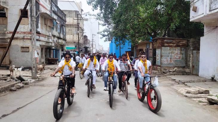 વરૂણદેવને રીઝવવા સાયકલયાત્રાએ નિકળેલ કોંગી ઘારાસભ્ય વિમલ ચુડાસમા - Divya Bhaskar