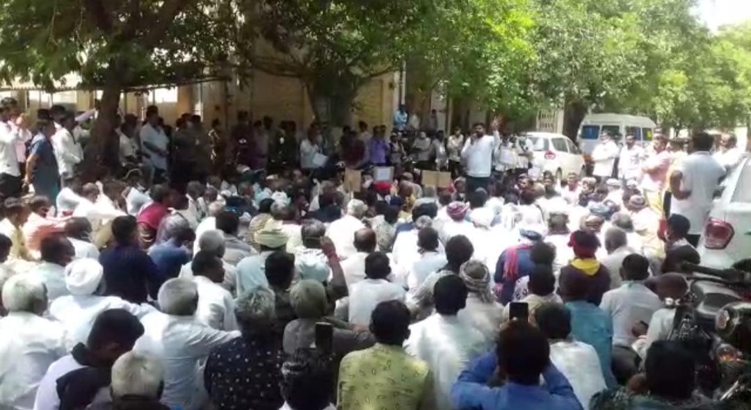 સુરેન્દ્રનગર જિલ્લાને દુષ્કાળગ્રસ્ત જાહેર કરવાની માંગ સાથે જિલ્લા પંચાયત ખાતે ખેડૂતોએ રામધુન બોલાવી હલ્લાબોલ કર્યો - Divya Bhaskar