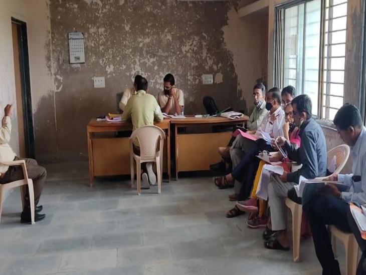 પાટણમાં શિક્ષકોની બદલી કૌભાંડ મામલે 27 શિક્ષકોની હારીજમાં રૂબરૂ સુનાવણી હાથ ધરવામાં આવી પાટણ,Patan - Divya Bhaskar