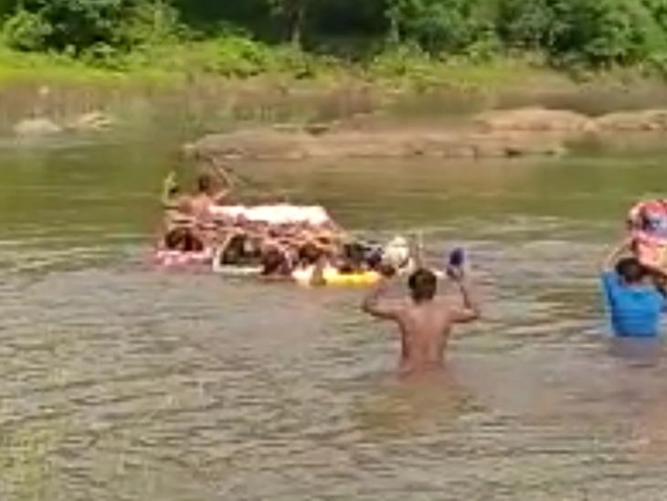 ડાંગ જિલ્લાના અંતરિયાળ વિસ્તારના ગામોમાં પુલના અભાવે નદી પાર કરી ડાઘુઓ જીવના જોખમે મૃતદેહને સ્મશાન સુધી પહોંચાડે છે|આહવા,Ahwa - Divya Bhaskar