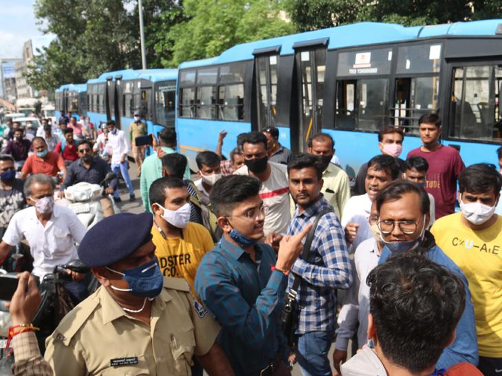 કાપોદ્રા-ઉત્રાણ બ્રિજ પાસે આમ આદમી પાર્ટી અને ભાજપના કાર્યકરો વચ્ચે ચકમક થતા પોલીસ દોડી આવી હતી. - Divya Bhaskar