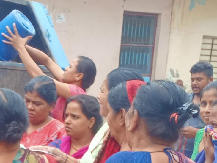 સેક્ટર-13માં કચરો લેવાની ના પાડતાં મહિલાઓએ ગાડી ઘેરી લીધી હતી, જેમાં કેટલાકે જાતે જ ગાડીમાં કચરો ઠલવી દીધો હતો. - Divya Bhaskar