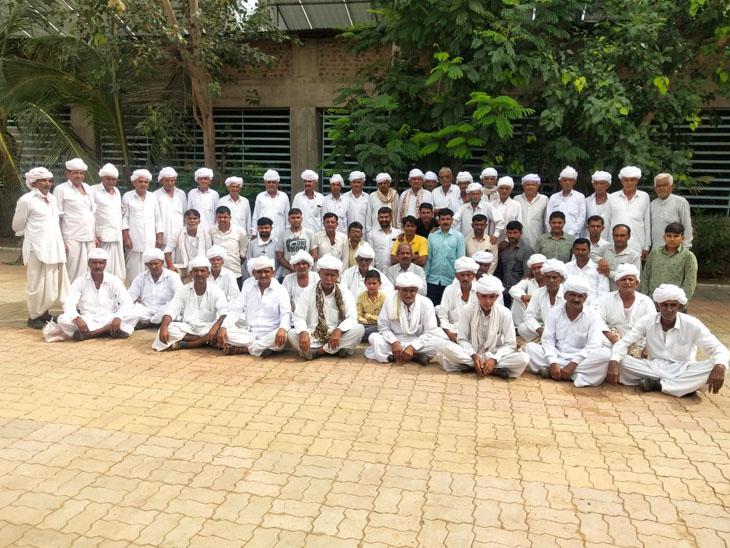 સરપંચે 70 જેટલા વડીલોને સ્ટેચ્યુ ઓફ યુનિટી સહિતના દર્શન કરાવ્યા. - Divya Bhaskar