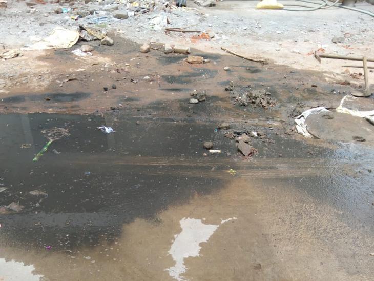 છોટાઉદેપુરમાં ઘણા વિસ્તારોમાં ભૂગર્ભ ગટરોઉભરાતા ભારે દુર્ગંધ અને ગંદકી ફેલાઈ છે. - Divya Bhaskar