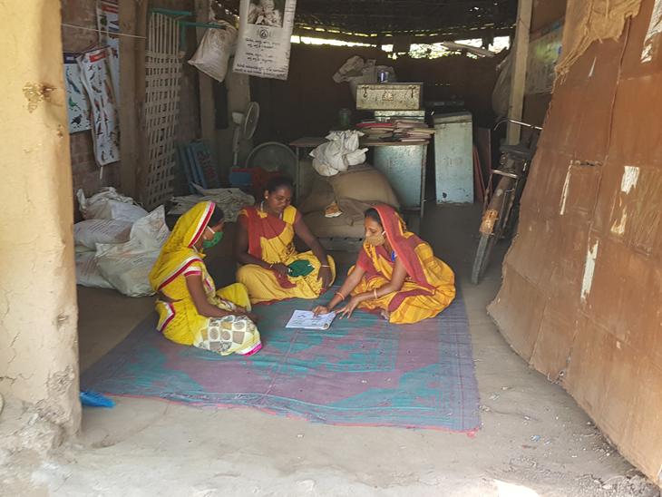 નસવાડી તાલુકાના વઘાચ ગામમાં કાચા ઝૂંપડામાં આંગણવાડી કેન્દ્ર ચાલી રહ્યું છે. - Divya Bhaskar