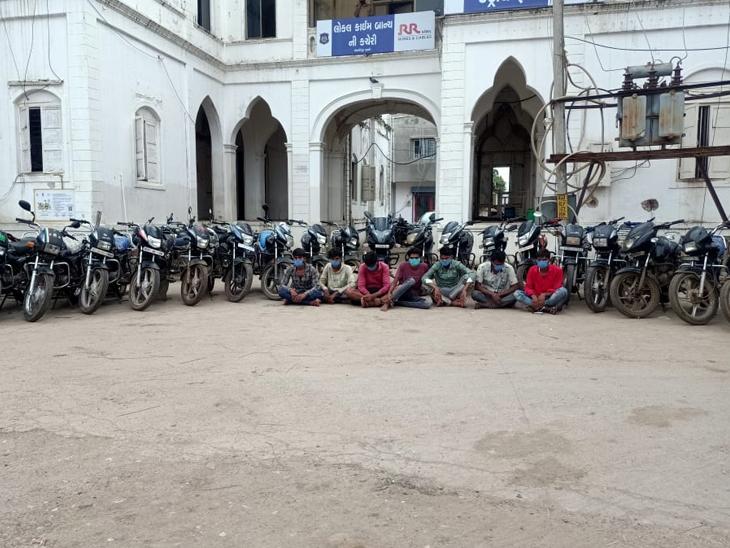 ચોરીની કુલ 26 મોટરસાયકલ રાખનાર 7 ઇસમોની ધરપકડ. - Divya Bhaskar