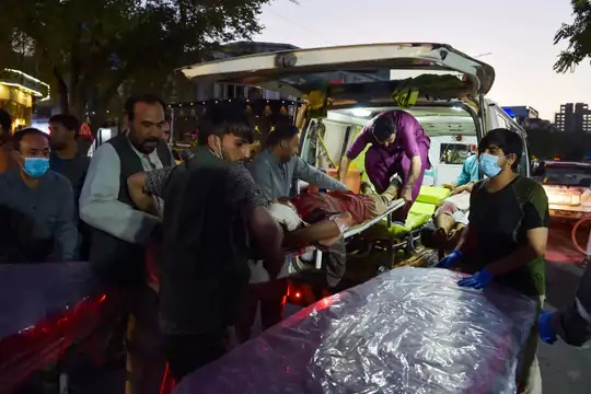 ISIS- Kએ આ હુમલાની જવાબદારી સ્વીકારી છે. એમ્બ્યુલન્સમાં એક ઘાયલને લઈ જતા લોકો.