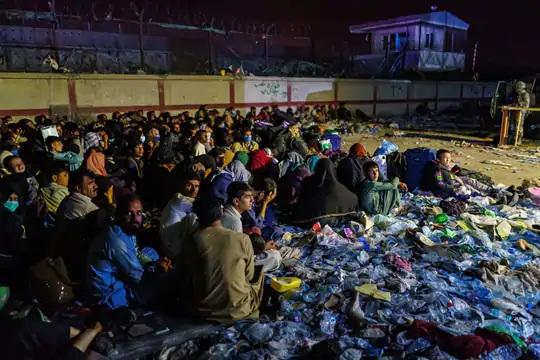 અબે ગેટ પાસે બેરન હોટલ સંકુલમાં અફઘાન શરણાર્થીઓ બેઠા છે. આતંકવાદી હુમલા બાદ બ્રિટિશ સૈનિકોએ સમગ્ર હોટલ સંકુલને બંધ કરી દીધું છે.