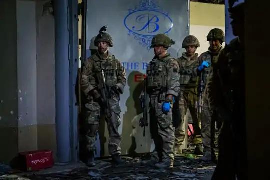 ગુરુવારના હુમલાના સ્થળ બેરન હોટલ પાસે તહેનાત બ્રિટિશ સૈનિકો. આ હુમલામાં હજુ સુધી કોઈ બ્રિટિશ સૈનિકના મૃત્યુ કે ઈજાના સમાચાર નથી.