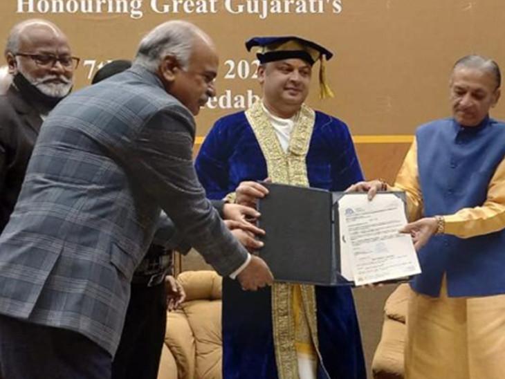 નોર્થ અમેરિકા યુનિવર્સિટીના પ્રતિનિધિ ડૉ.રિચાર્ડ સાવેડ્રાના હસ્તે વૈષ્ણવાચાર્યને 'ડૉ.દ્વારકેશલાલજી ગોસ્વામી'ની પદવીથી સન્માનિત કરાયા - Divya Bhaskar