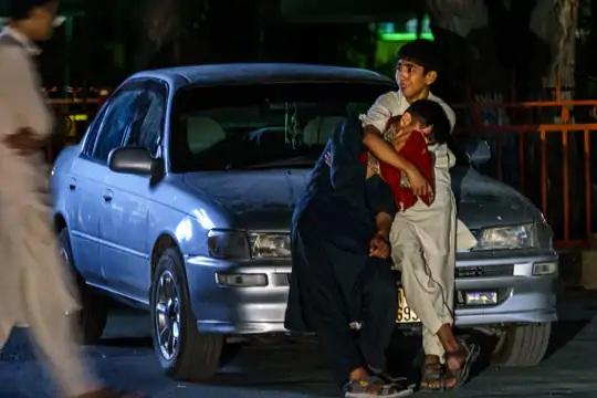 એરપોર્ટ પર થયેલા હુમલામાં ગભરાઈને રડી રહેલાં બે બાળકો. આ હુમલામાં 80થી વધુ લોકોનાં મોત થયાં છે.