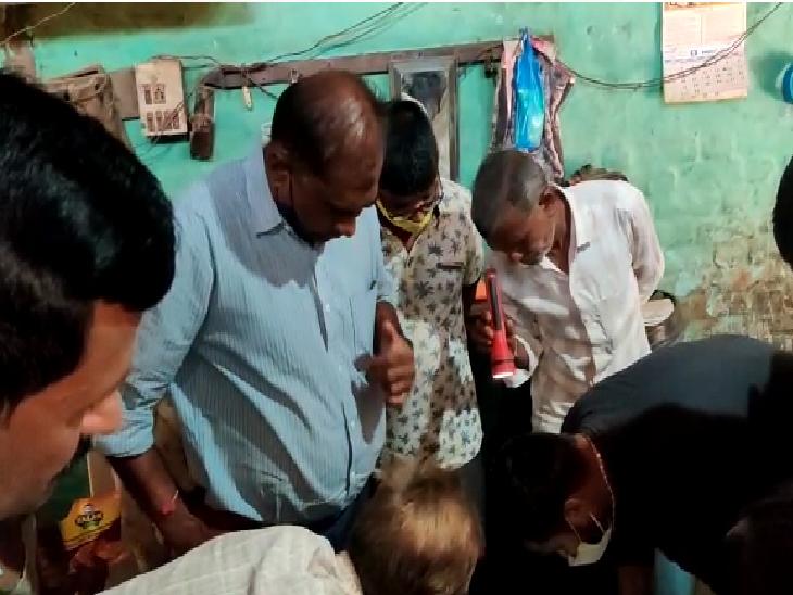 માછલી જોવા માછીમારોના ઘર પર લોકો એકઠા થયા