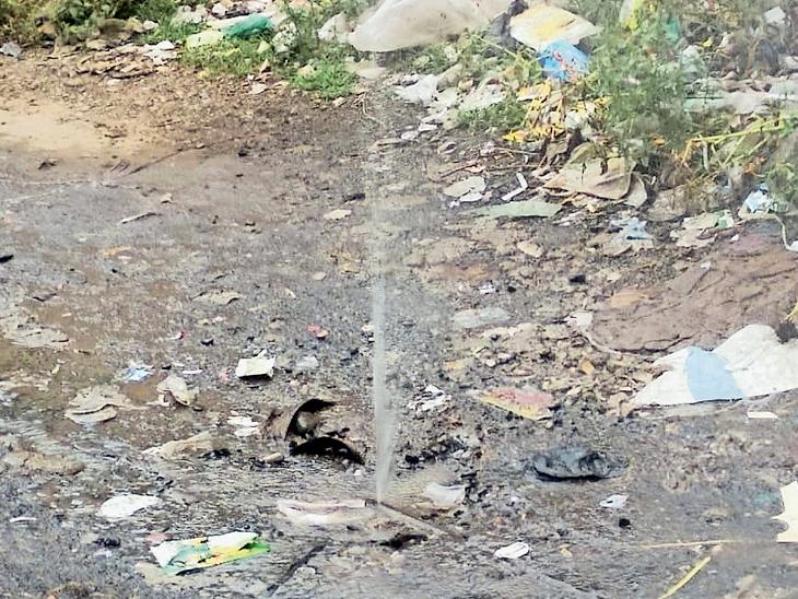 પાણી વિતરણ ચાલુ કરતાં જ શરૂ થઇ જાય છે ફૂવારો. - Divya Bhaskar