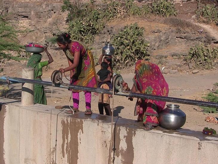 નર્મદાની લાઇનનું પાણી વિતરણ ખોરંભે પડતાચોટીલાતાલુકાનાં અનેક ગામોમાં પાણી માટે વલખાં શરૂથયા હતા. - Divya Bhaskar