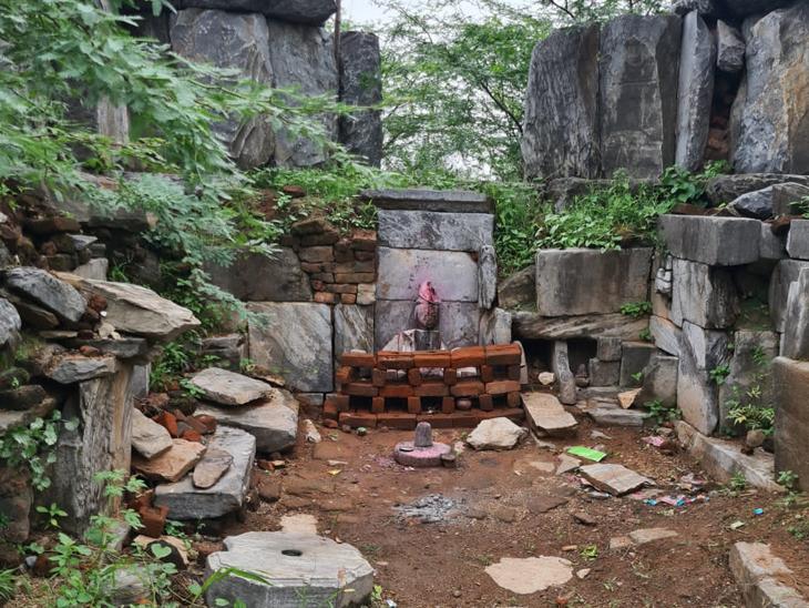 હાલ રામ દરબાર અને પ્રાચીન શિવ મંદિરના સ્થાપત્યો વેરણ છેરણ હાલતમાં - Divya Bhaskar