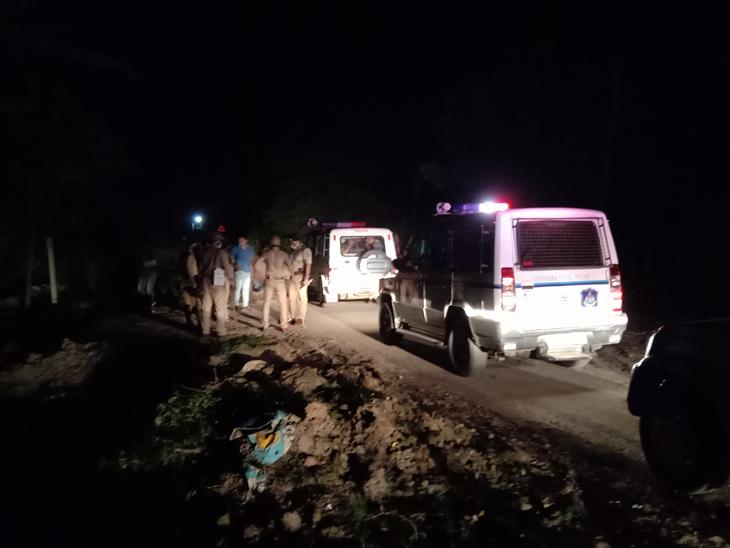 ગોરક્ષકો સાથે ગામ લોકોએ ધીંગાણું કરતા ગામ પોલીસ છાવણીમાં ફેરવાયું હતું. - Divya Bhaskar