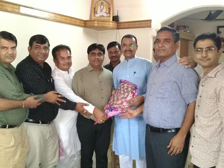 બનાસકાંઠા જીલ્લાને ઓપરેશન ગ્રીન યોજનામાં સમાવેશ થતાં સાંસદ નું સન્માન - Divya Bhaskar