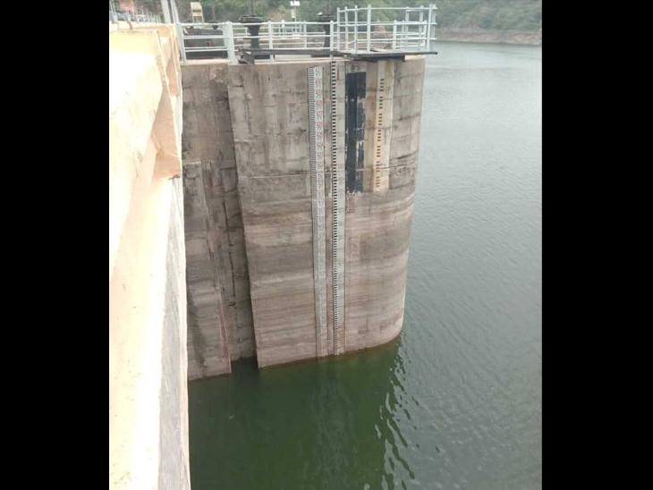 જળાશયમાં પાણીની ઘટેલી સપાટી - Divya Bhaskar