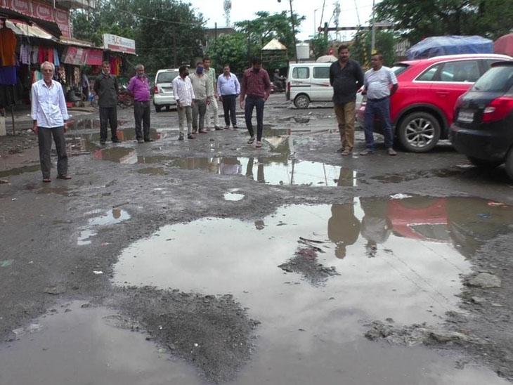 ચલથાણ ગામની 25 વર્ષ જૂની સોસાયટીમાં આજ દિવસ સુધી બ્લોક નહિ નખાતા રહીશોમાં આક્રોશ છે. - Divya Bhaskar