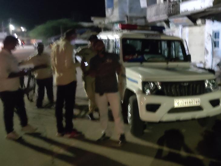સ્થાનિક પોલીસ, એલસીબી અને રાધનપુર ડીવાયએસપી દોડી આવ્યા હતા.