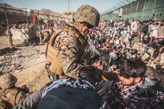 કાબુલ એરપોર્ટ પર તહેનાત અમેરિકન સૈનિકો અફઘાનિસ્તાનના લોકોને એરલિફ્ટ કરવામાં વ્યસ્ત છે, પરંતુ અમેરિકાએ 31 ઓગસ્ટ સુધીમાં એરપોર્ટ પરનો કબજો છોડવાનો છે.
